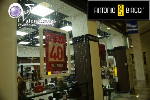 Витрина магазина Antonio Biaggi декорированная шторами из бусин